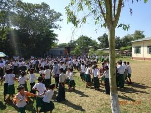 カドウィンチャン小学校を訪問し児童らと交流=12月4日、ペグーで