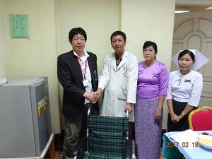 病院長に車椅子を寄贈する畔上総括団長。ヤンゴン整形外科にて2017.2.19