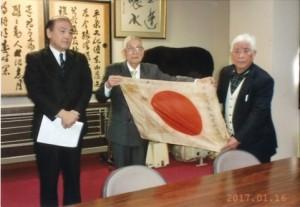 日章旗の返還を受けた菊地哲雄さん(右側)