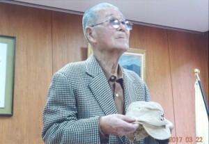 遺品の帽子を受け取った甥の亀石清さん
