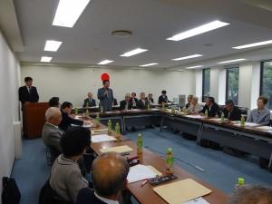 第12回理事会で挨拶する水落敏栄本会会長