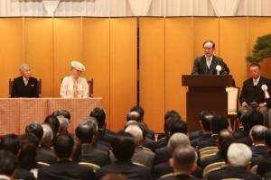 安倍晋三内閣総理大臣の祝辞を代読する菅官房長官