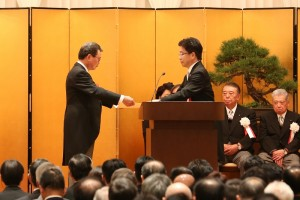 加藤勝信厚生労働大臣より感謝状が贈られた
