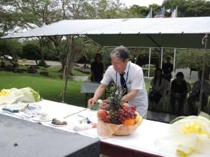 中部太平洋戦没者の碑前で追悼式を挙行し献花する遺族