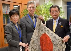 レックス、敬子ジーク夫妻から水落会長へ 日章旗が引き渡された