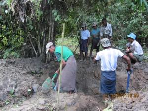 カレワで現地住民の協力を得て、埋葬地の試掘を実施