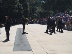 アーリントン国立墓地で衛兵を先導に無名戦士の墓で献花
