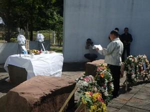 「インド平和記念碑」前での追悼式で追悼の辞を読み上げる遺族代表