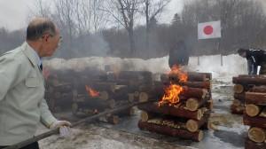 スミルヌイフでの焼骨式で 遺骨を荼毘に付す団員
