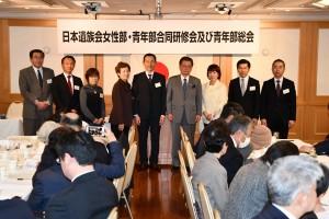 水落会長、三浦女性部長と  選任された青年部役員