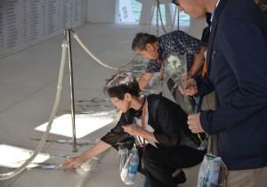 真珠湾攻撃での米兵犠牲者の冥福を祈り献花