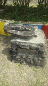カガヤン州ガタラン小学校にある倒れて放置されていた地蔵尊