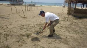 バターン州キナワン村の地蔵尊の台座を埋設