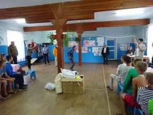 キビトク村の孤児院を訪問し子供たちと交流=8月23日、タイシェットで
