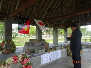 全戦没者追悼式で追悼の辞を述べる水落総括団長=ウエワクで