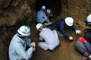 壕入口付近で土砂を取り除き、遺骨の収容に従事する団員