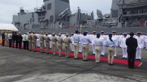 ガダルカナル島ホニアラ港で、護衛艦「さざなみ」の前での遺骨引渡式