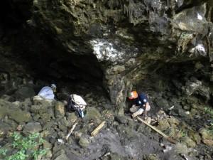 サイパン島バンザイクリフの洞窟付近で遺骨を捜索する団員