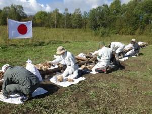 焼骨式の準備をする団員=9月8日、ソールネチヌイ地区ゴリン村で