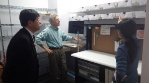 アーカイブセンターで遺留品の返還手続きを確認する畔上専務理事