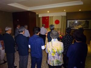 ホテルの一室で厳粛に慰霊祭を執り行う=8月4日、牡丹江で