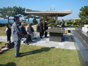 伊江島「芳魂之塔」で亡き肉親に語りかける団員