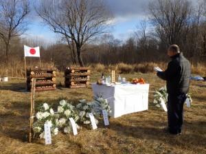 スミルヌイフで挙行された追悼式で、追悼文を読み上げる団員
