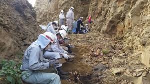 壕内から出た土砂をふるいに掛け遺骨を捜索する