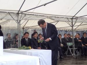千鳥ヶ淵戦没者墓苑での引渡式で献花する水落会長