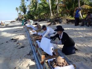 ウォッゼ島の海岸で焼骨式の準備を行う団員