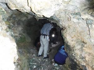 サイパン島スーサイドクリフの洞窟内を調査