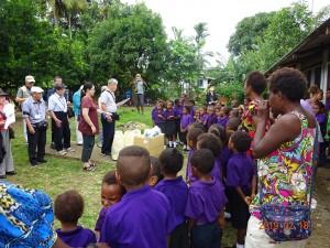 ウエワクの小学校を訪問し、学用品を寄贈