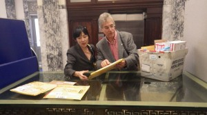 米国内外から届く遺留品を郵便局で受け取るジーク夫妻 =オレゴン州アストリアで