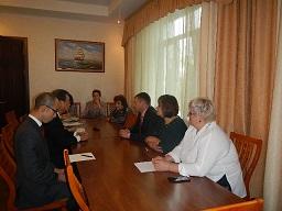 スミルヌイフ市庁舎でベロババ市長らと会談する水落会長