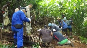 カバリで派遣団が立ち会い現地住民協力のもと、埋葬されていた遺骨を収容