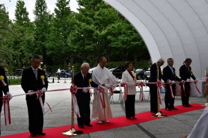 内覧会でテープカットを行う宇田川本会副会長(右から2人目)