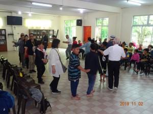 孤児院を訪問し学用品を寄贈。子供たちと唄や踊りで交流を深める=ボルネオ島で