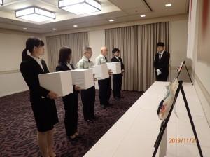 遺骨を捧持して仮安置する派遣団員=KKRホテル東京で