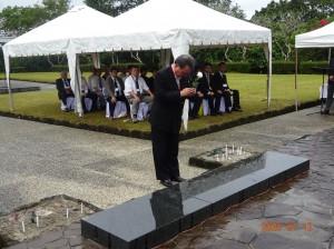 全戦没者追悼式で献花する水落総括団長
