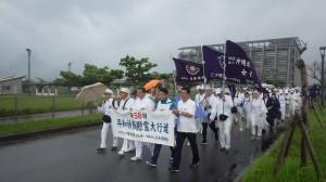 糸満を出発する第58回沖縄平和祈願慰霊大行進=令和元年6月23日