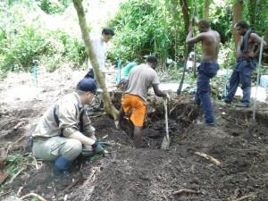 ガダルカナル島のママラ川中流付近で作業に従事する団員ら