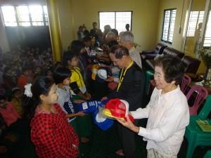 プロームの小学校を訪問し子供たちに学用品を贈る団員