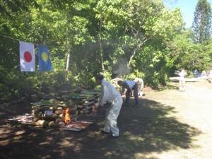 ペリリュー島で焼骨式を執り行い、ご遺骨を荼毘に付す団員