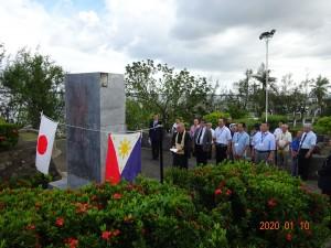 レイテ島タクロバンの慰霊碑前での慰霊祭