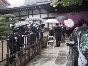 参拝後、記者団の質問い答える尾辻名誉顧問