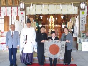 日章旗を受け取った妹の三浦シズヱさん(右から2人目)