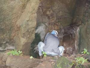 地下壕に入り調査する団員